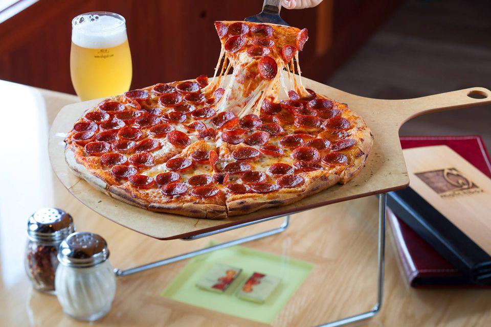 Una pizza de pepperoni con queso derretido en Matchbox