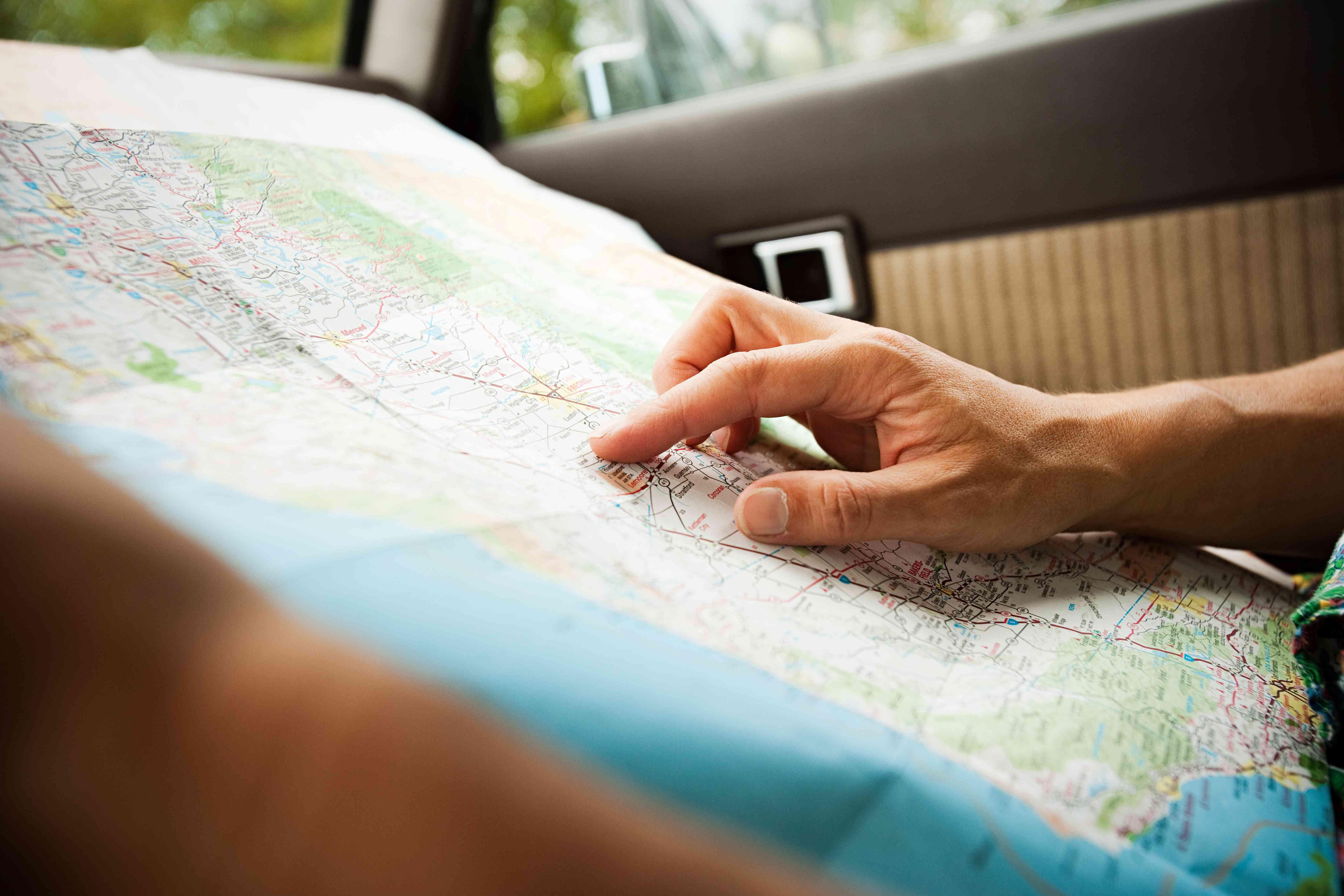 Persona con un mapa de planificación de viaje