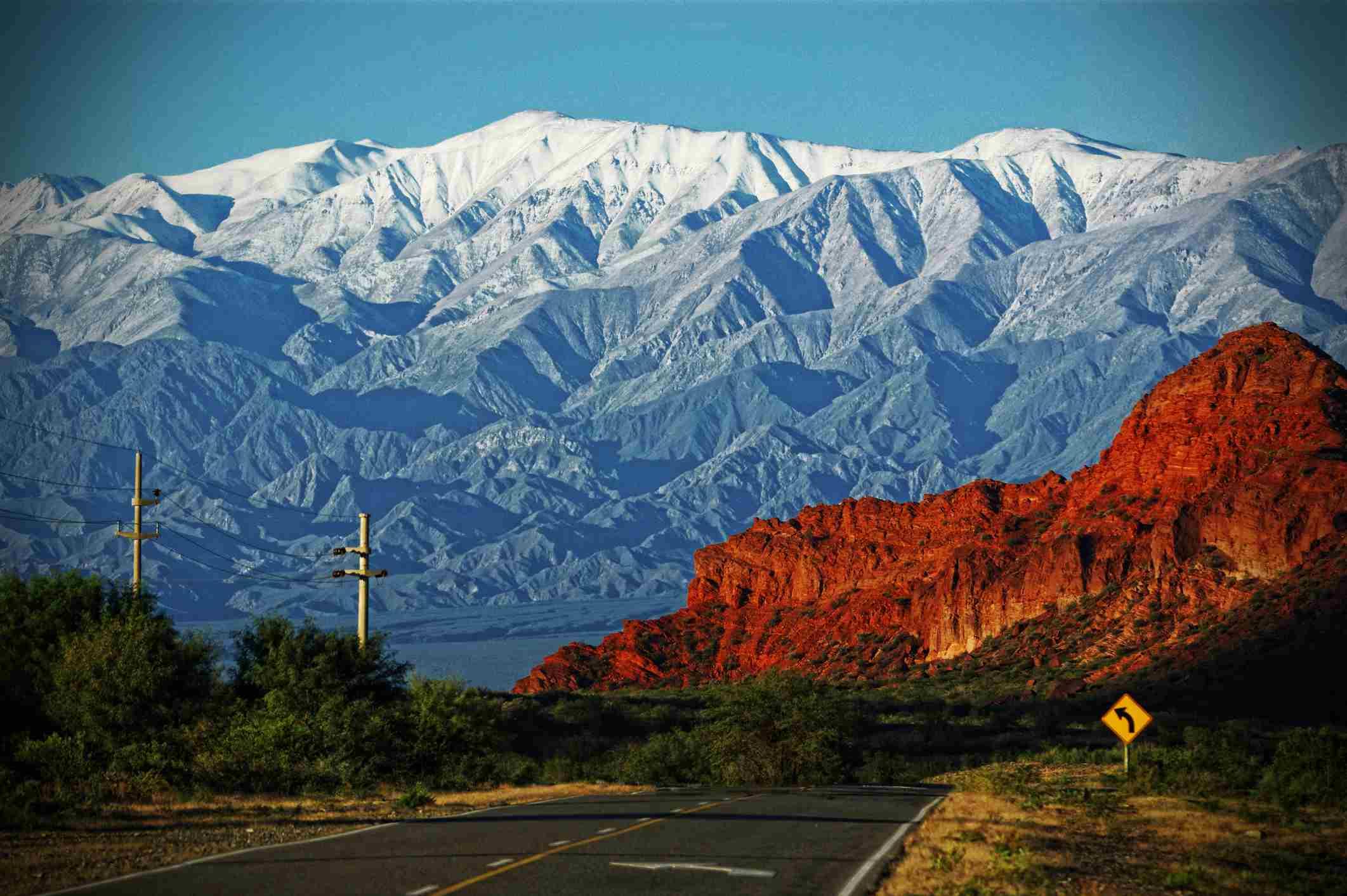Ruta 40 conduciendo a través de montañas de Argentina