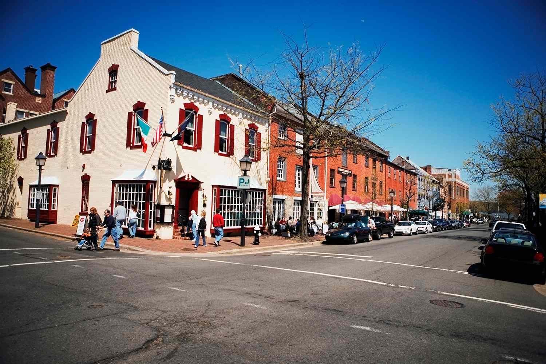 Edificio a lo largo de la calle, Old Town, Alexandria, Virginia, EE. UU.