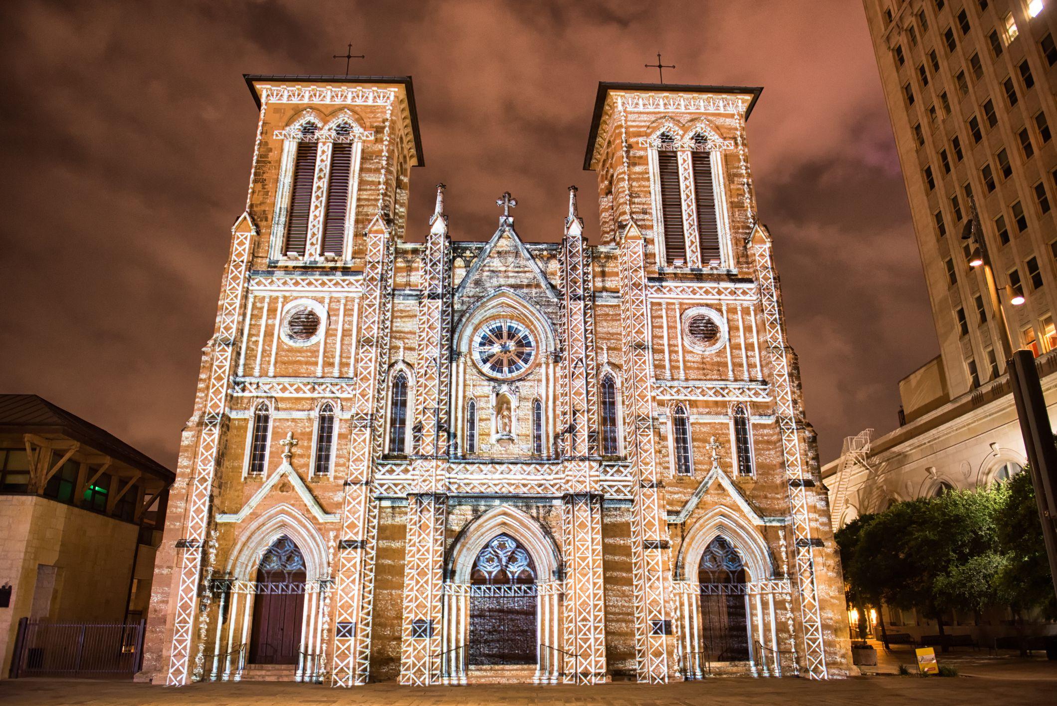 San Antonio - San Fernando Mission Light Show en la noche