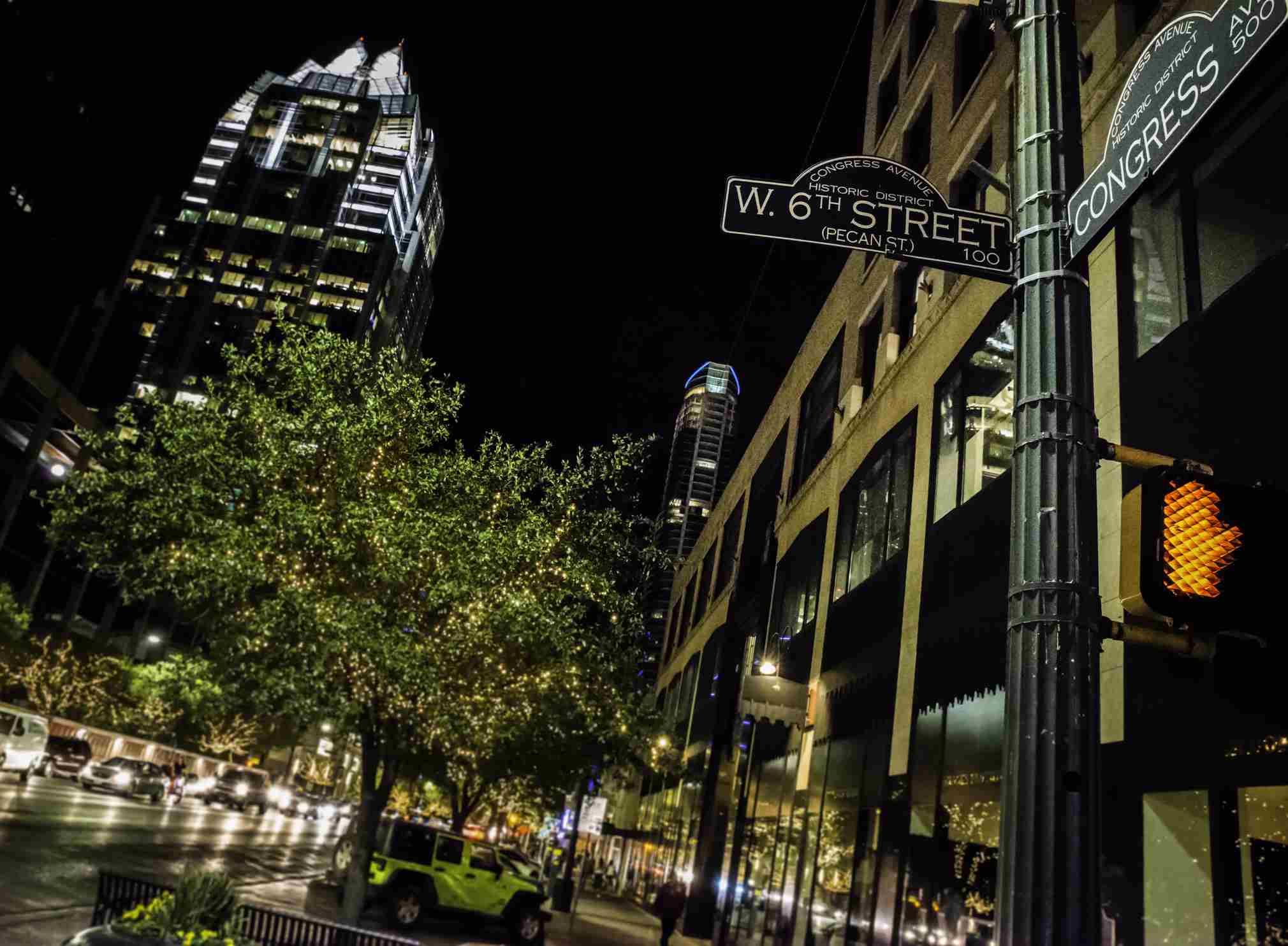 Austin TX vida nocturna en el centro de la ciudad, intersección de letreros de la calle del 6to Congreso