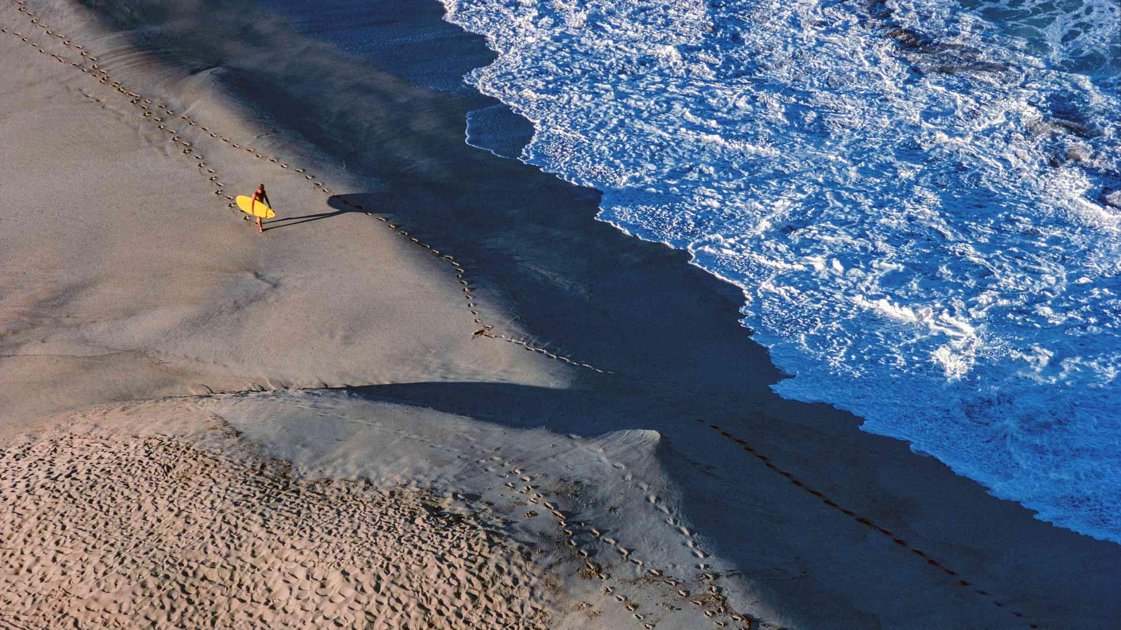 USA, Hawaii, Surfer at Waimea Bay