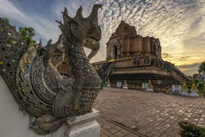 Sunset over the intricately-carved Thai temple, Wat Chedi Luang