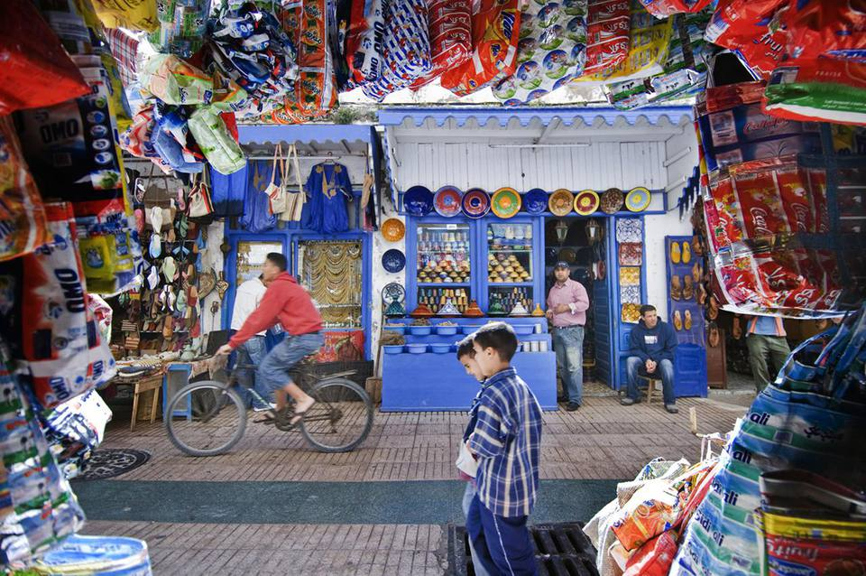 Morocco, Essaouira, people on shopping street in Medina