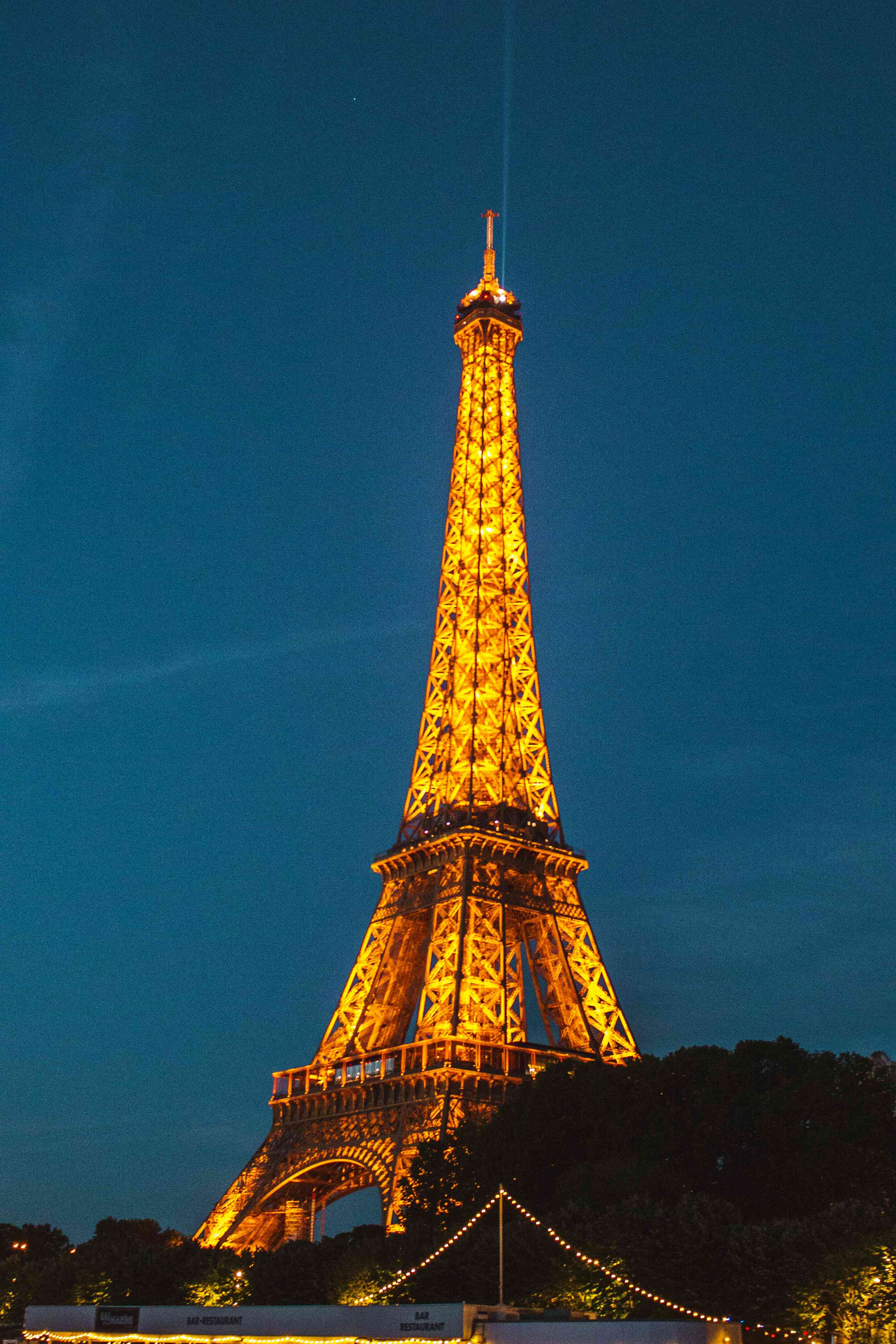 The eiffel tower lit up at night