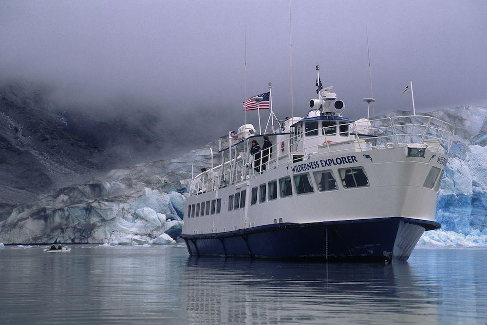 Un pequeño crucero el barco flota en Glacier Bay, Alaska