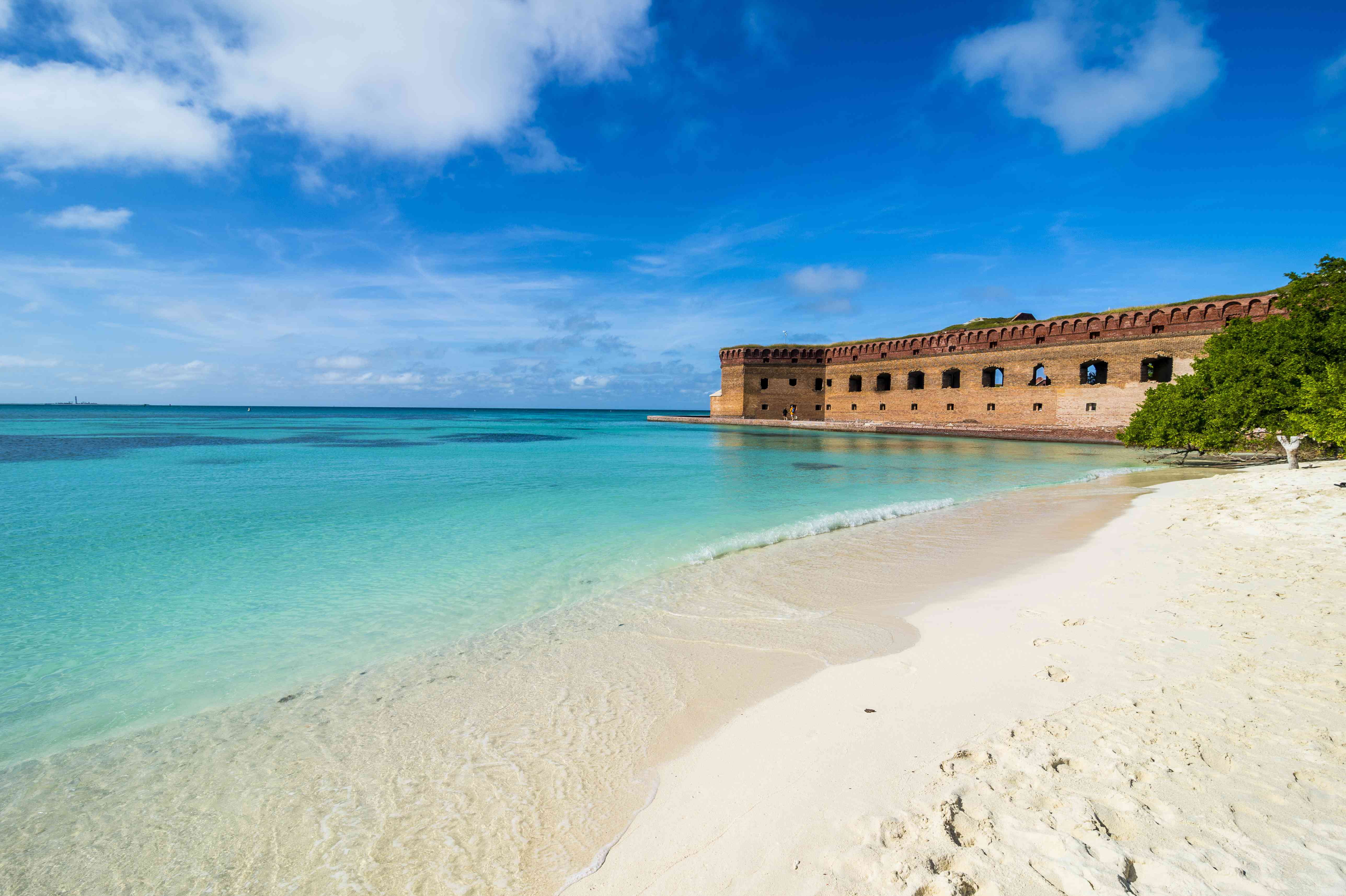 USA, Florida, Florida Keys, Dry Tortugas National Park, White sand beach and turquoise waters before Fort Jefferson