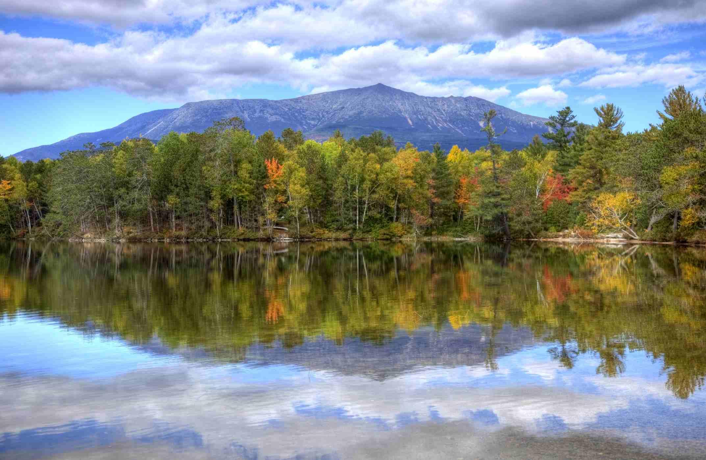 El Monte Katahdin es la montaña más alta de Maine. Katahdin es la pieza central del Parque Estatal Baxter: una montaña empinada y alta formada por magma subterráneo