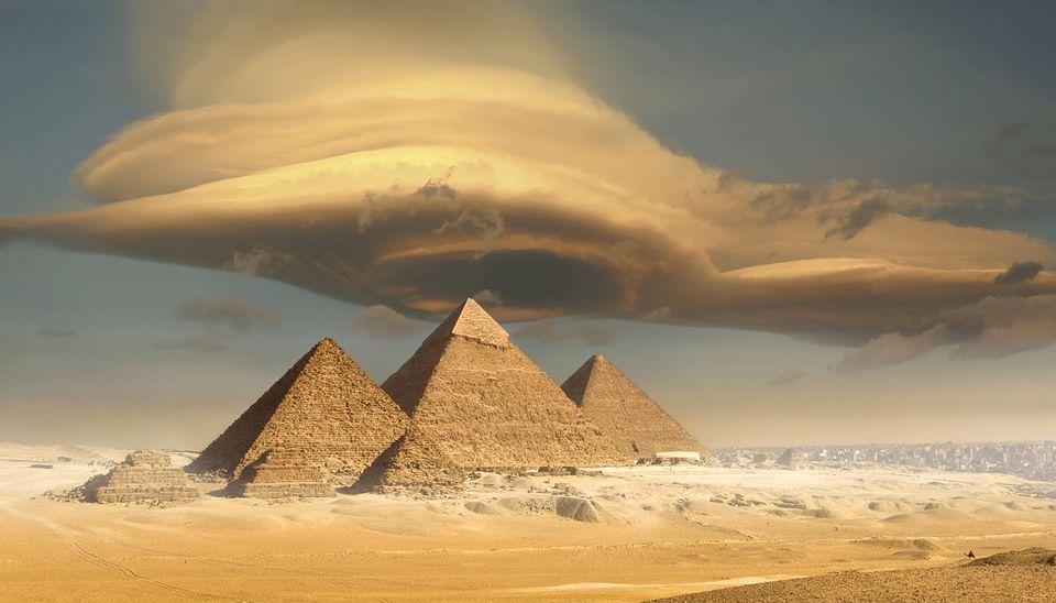 Nubes de tormenta sobre las pirámides