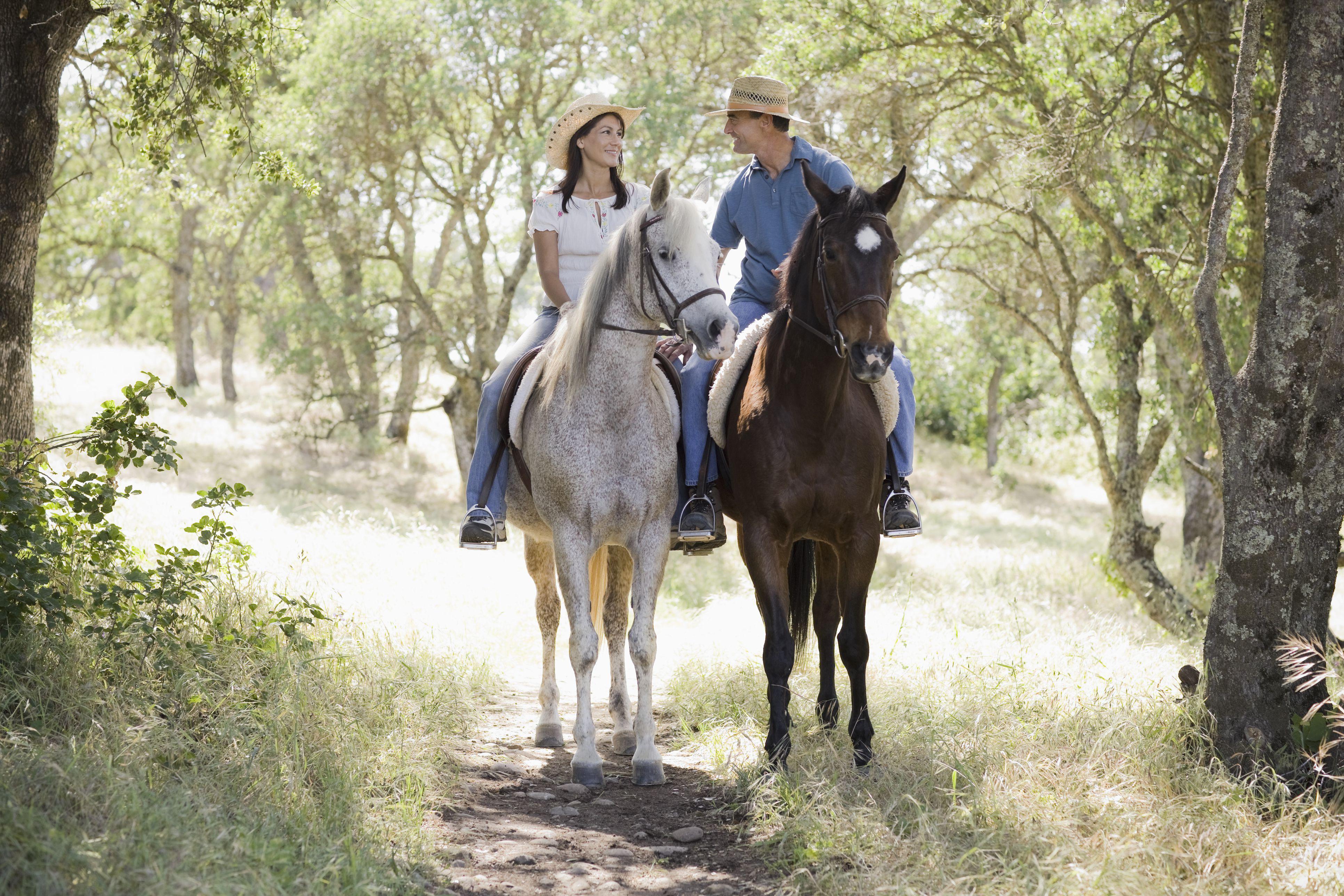 Una pareja montando a caballo