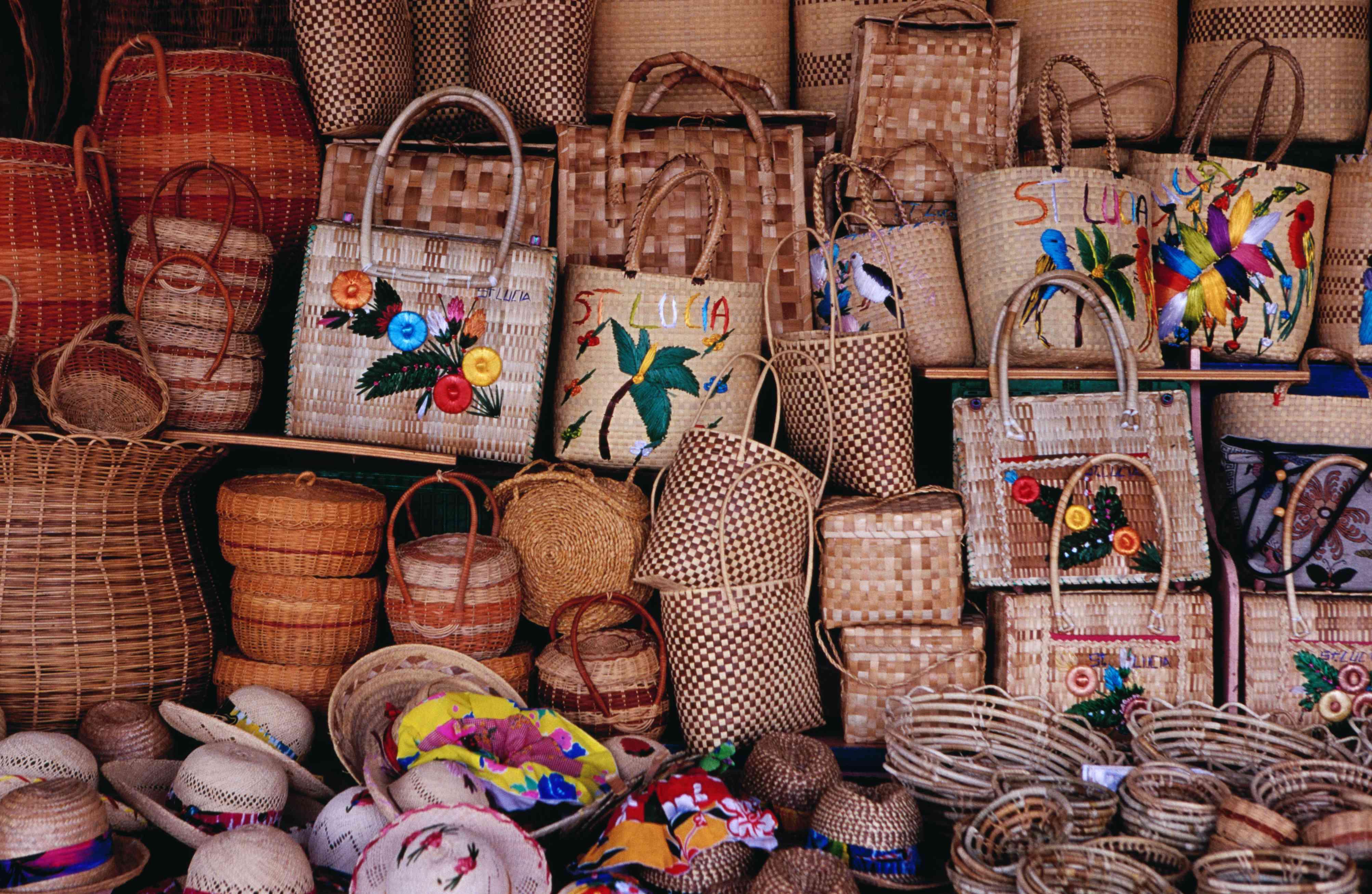 Artesanía local para la venta en el mercado de Castries