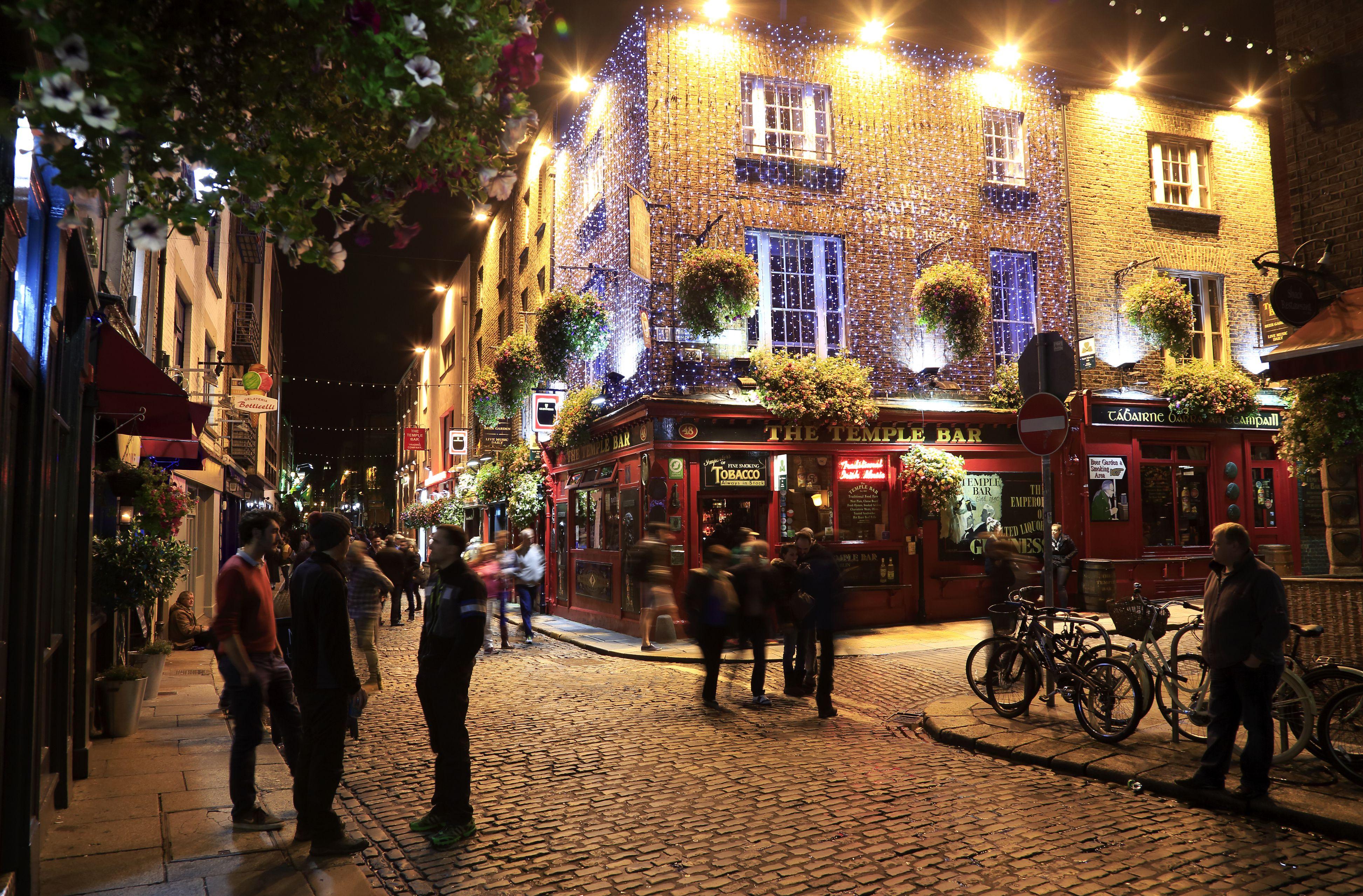 Night view of historic Temple Bar pub