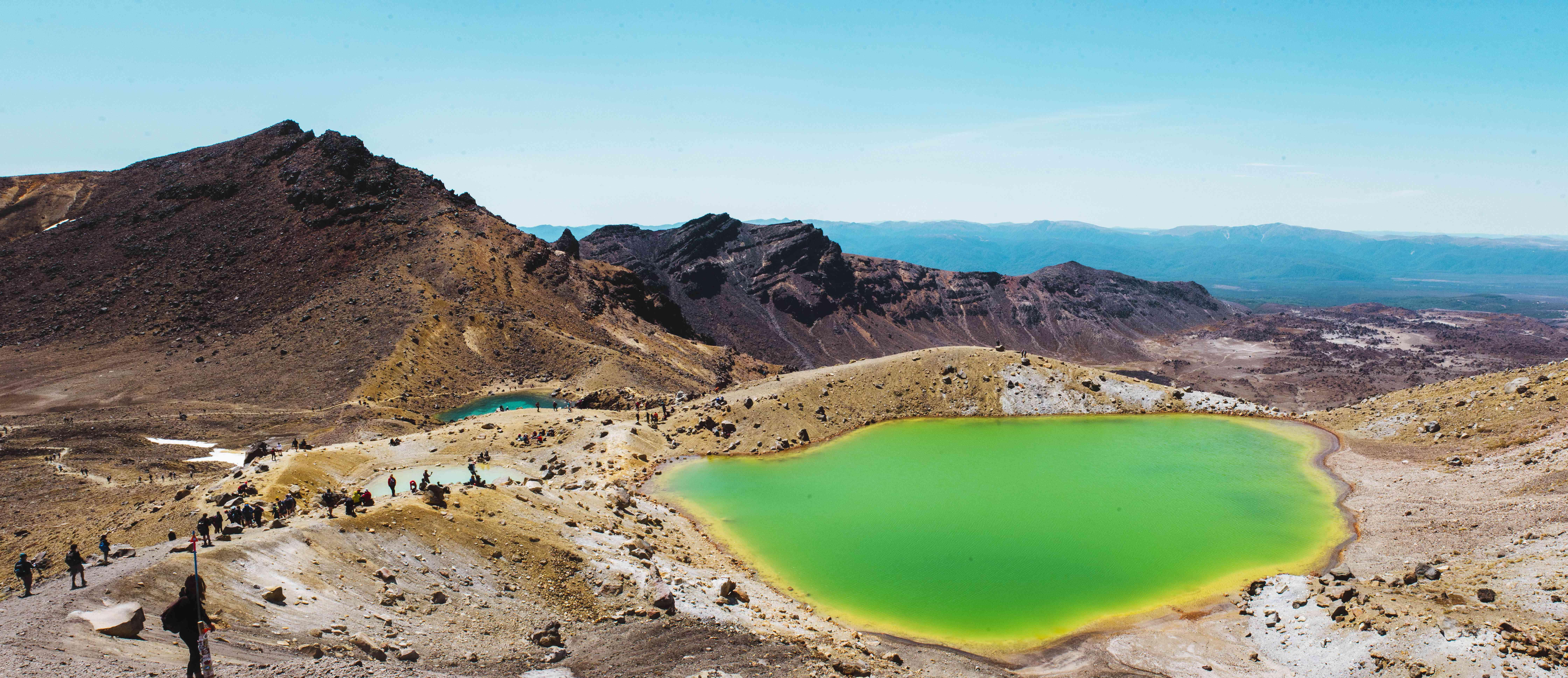 Piscinas de agua de colores brillantes en Tongariro