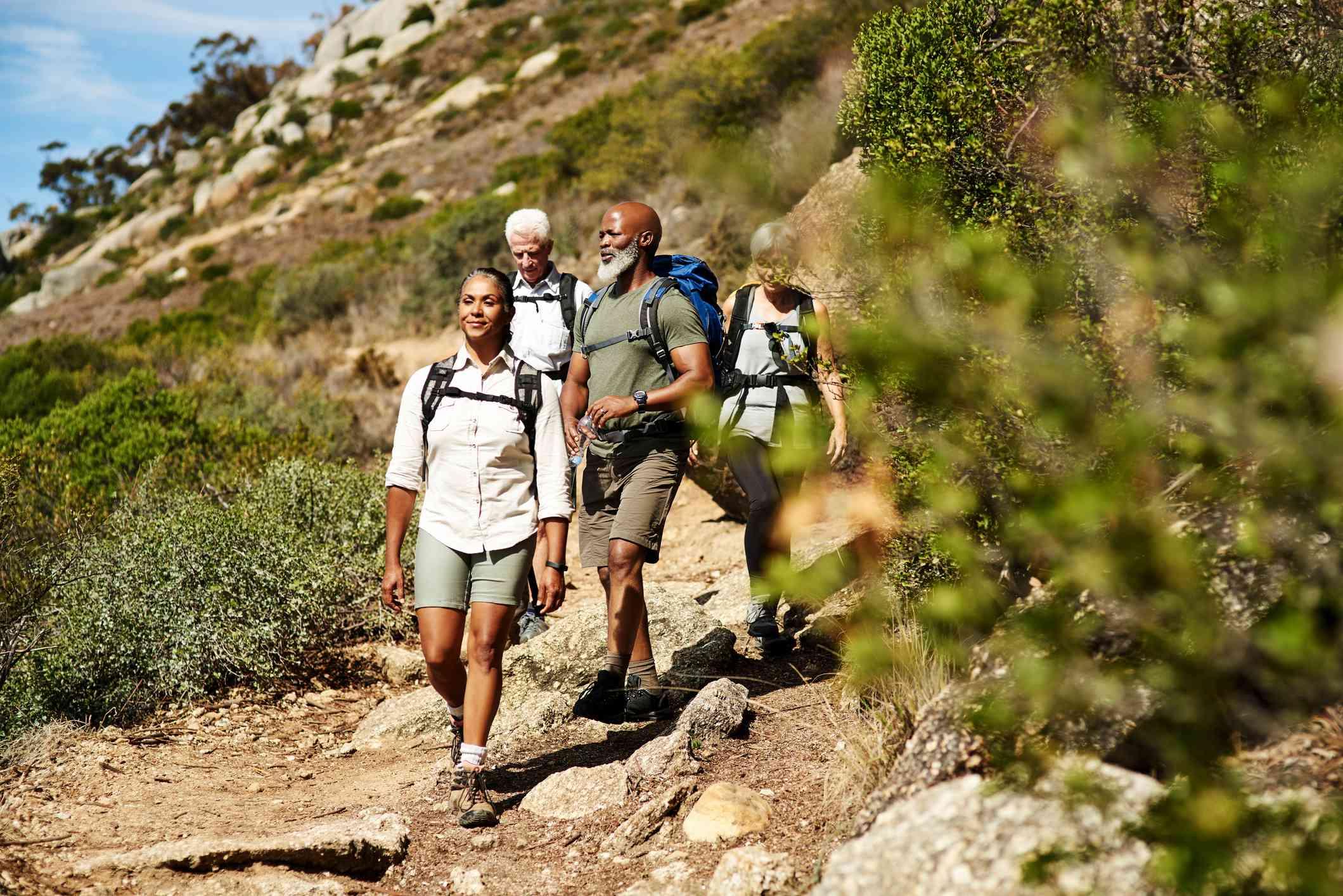 Excursionistas por un sendero en Sudáfrica