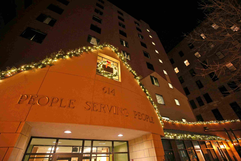 Vista exterior de personas que sirven capítulo Minneapolis Popular durante la temporada de Acción de Gracias.
