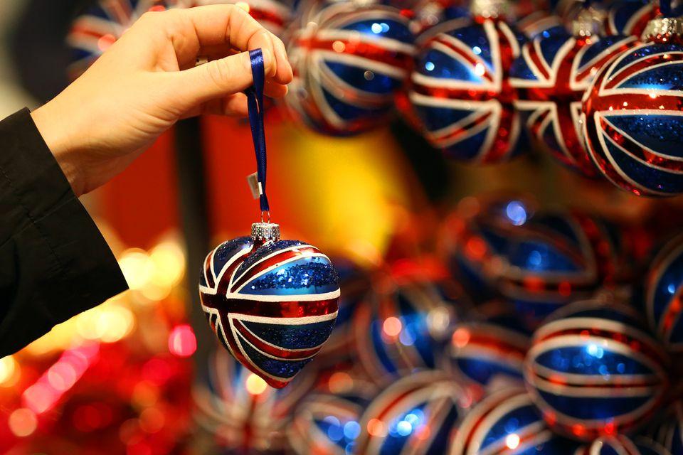 Los compradores navideños golpean las calles de todo el Reino Unido
