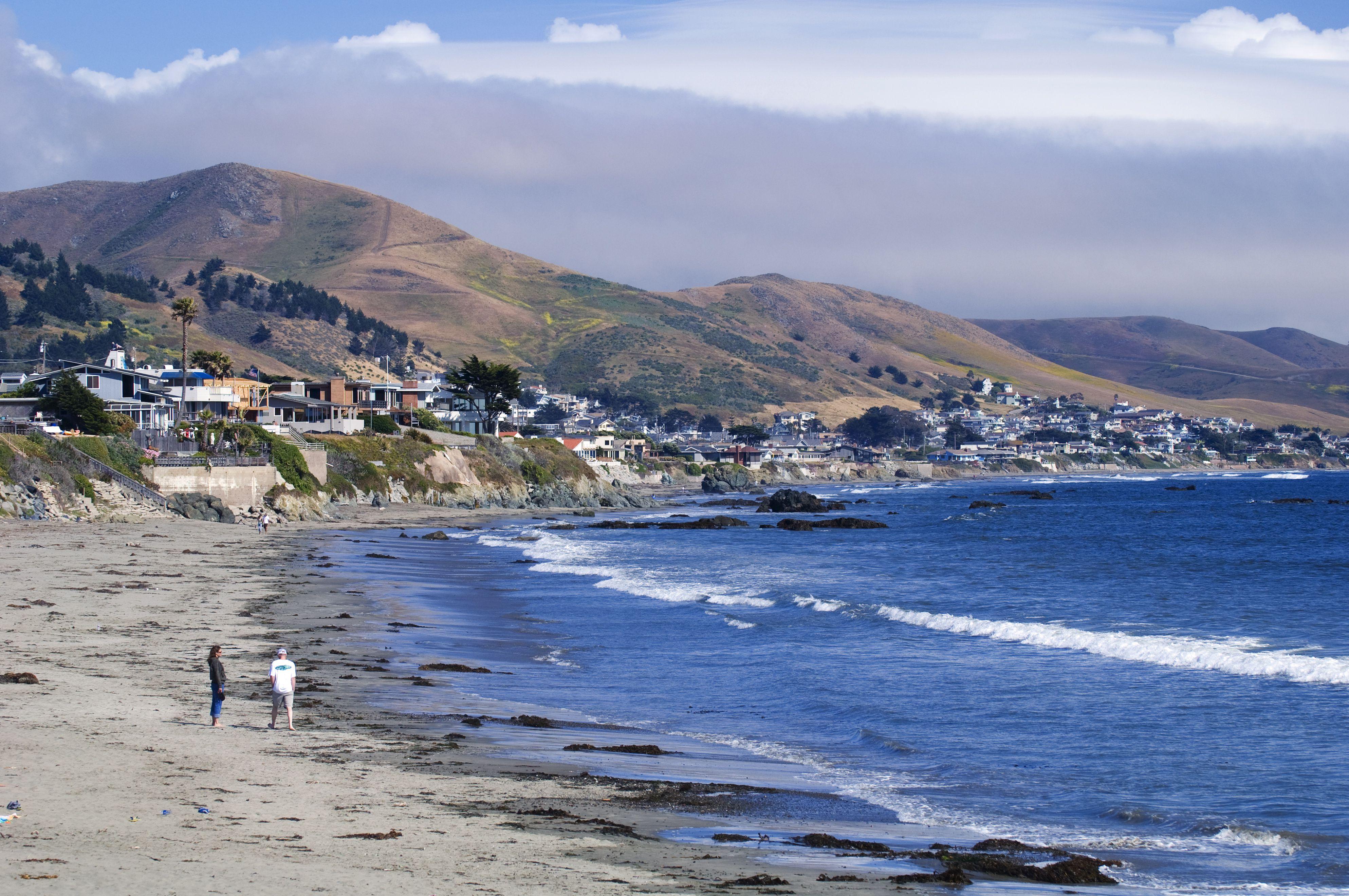 Playa en la costa costera de California, ciudad costera de Cayucos, ubicada en la Bahía Estero de la autopista 1