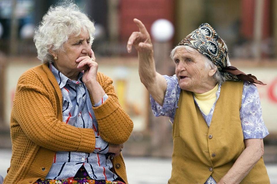 Old women passing time in Piata Sfatului.
