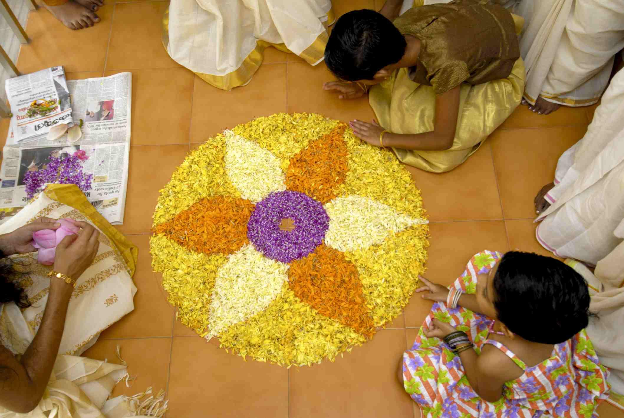 Herstellung eines Onam pookalam.