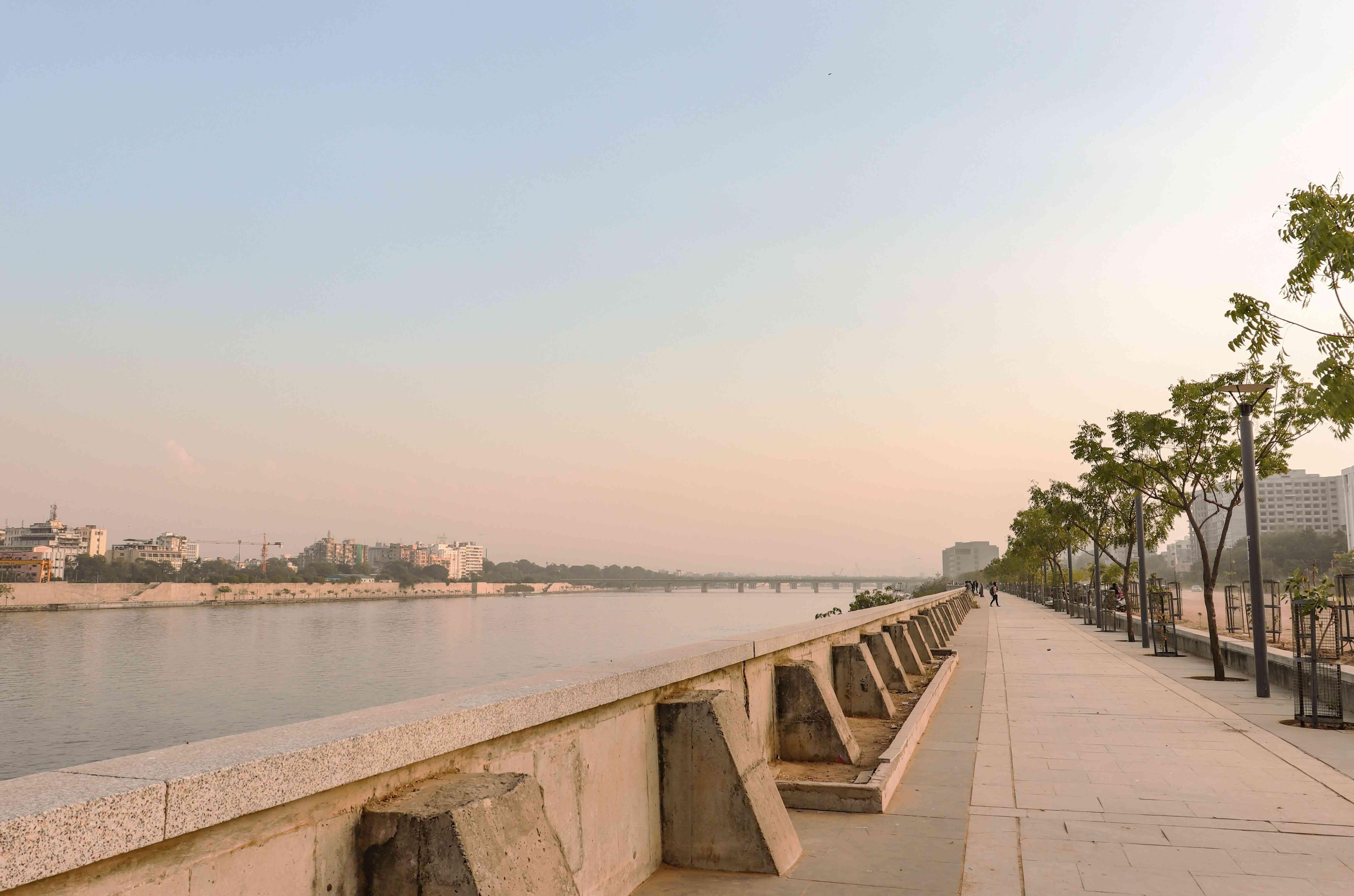 An evening at the Sabarmati riverfront/Ahmedabad/India