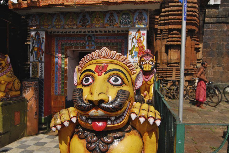 León delante del Templo Lingraj, Bhubaneshwar.