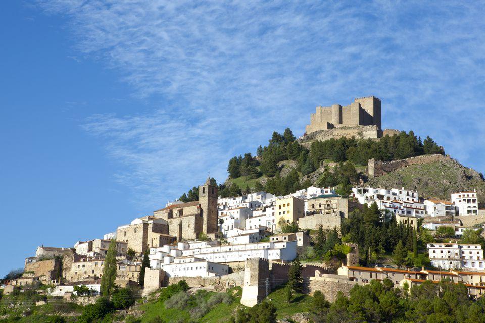 El espectacular pueblo de montaña de Segura de la Sierra, provincia de Jaén, Andalucía, España