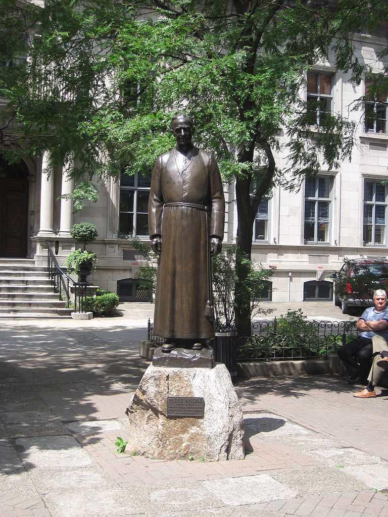 Statue du Frère André, oeuvre d'Émile Brunet