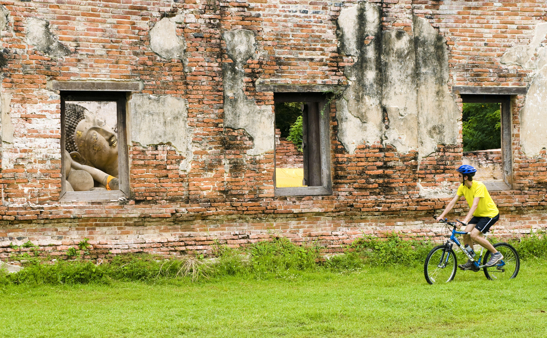 Ciclos turísticos más allá del Buda Wat Phutthaisawan en Ayutthaya, Tailandia