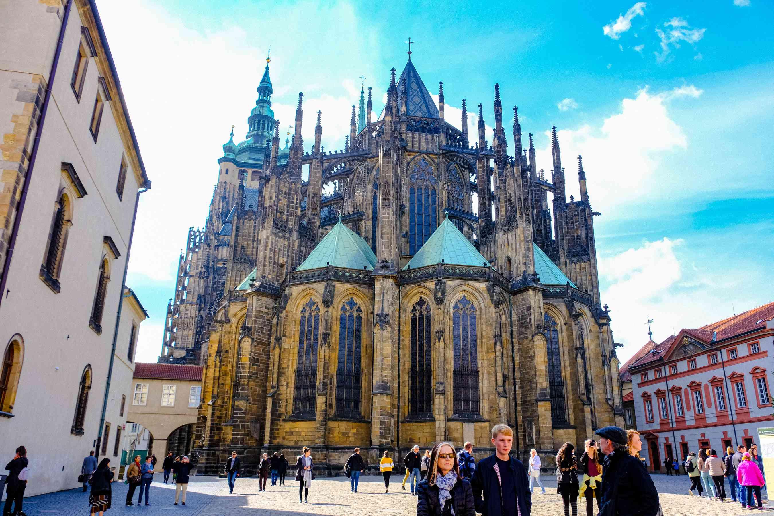 A multitud frente al Castillo de Praga