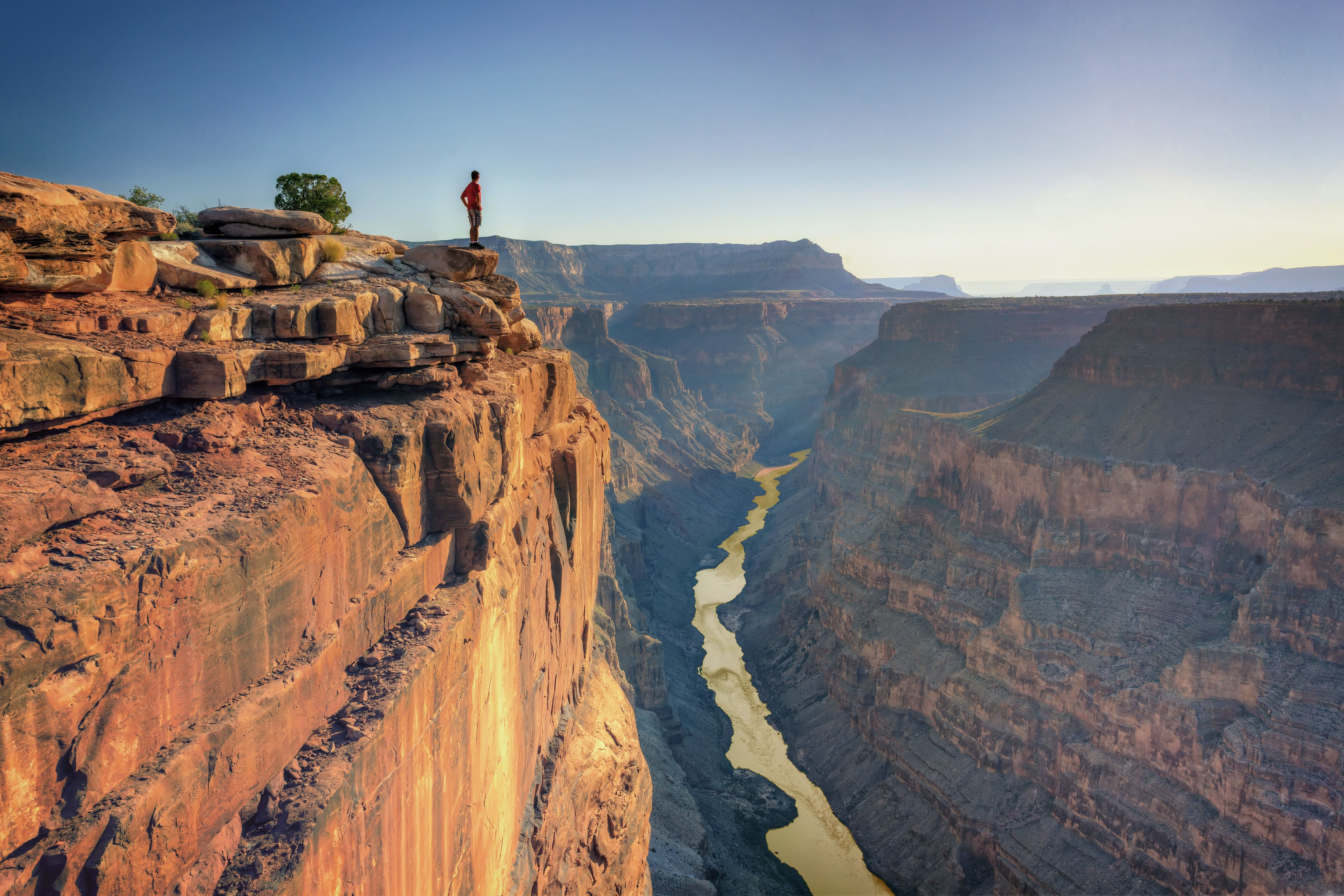 USA, Arizona, Grand Canyon National Park (North Rim), Toroweap (Tuweep) Overlook, Hiker on cliff edge (MR)