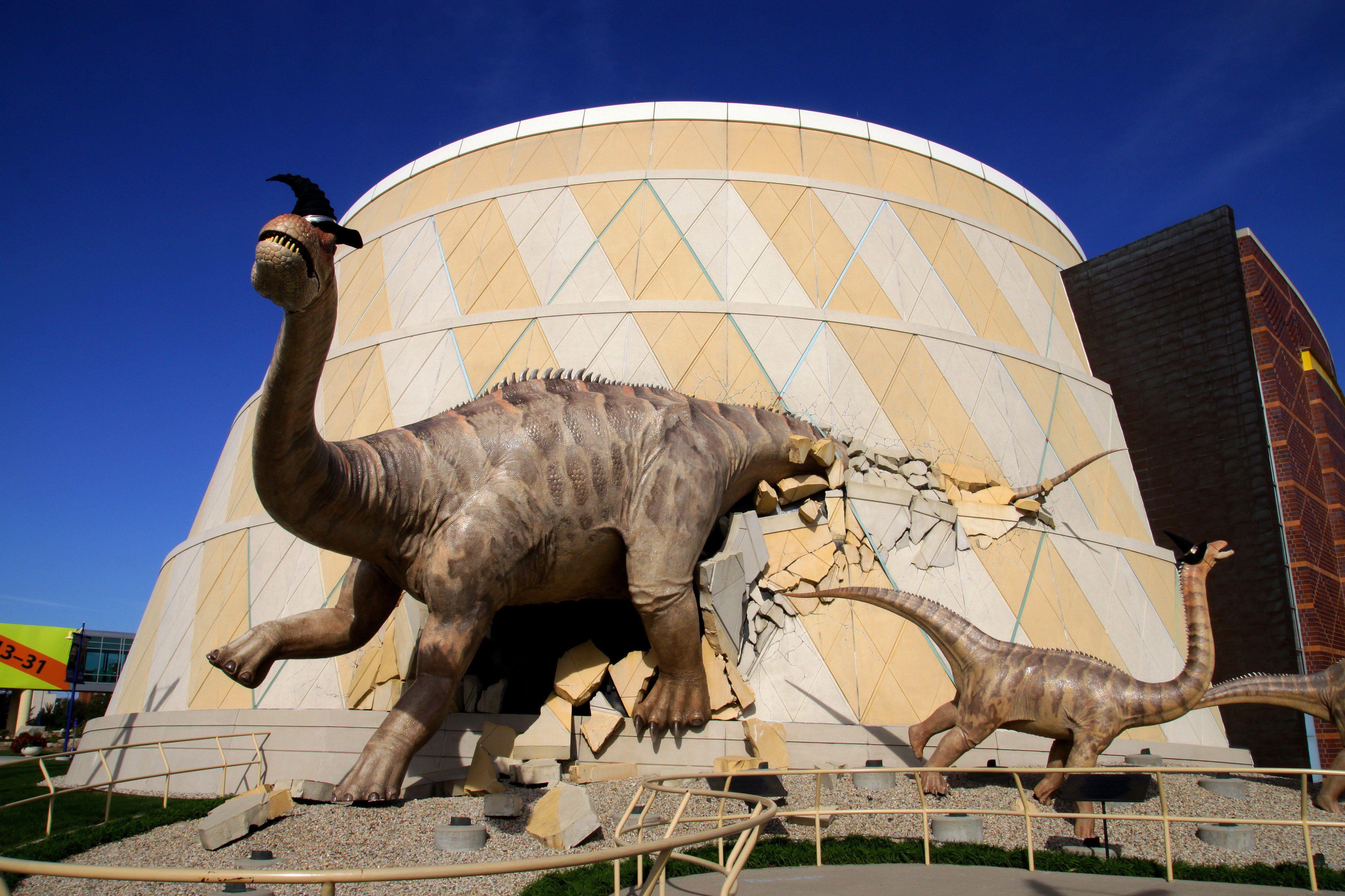 Estatuas de Alamosaur afuera del Museo de los Niños de Indianápolis