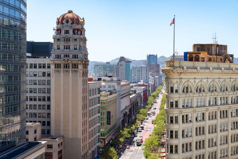 Mirando hacia el oeste a lo largo de Market Street hasta el vecindario del mercado medio de SF