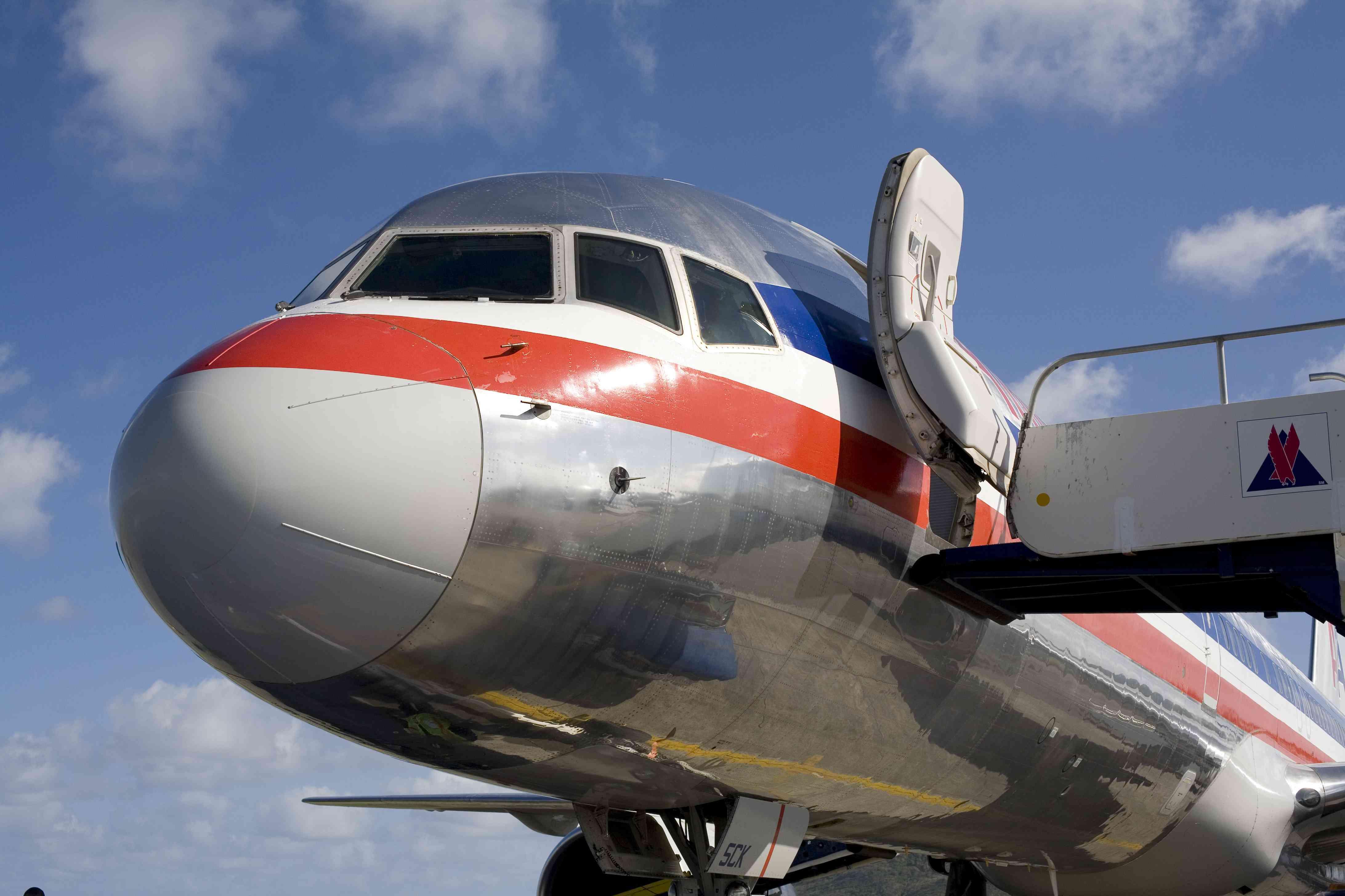 Un avión Boeing 757 de American Airlines se sienta en la pista del aeropuerto internacional de Hewanorra en Vieux Fort en Santa Lucía