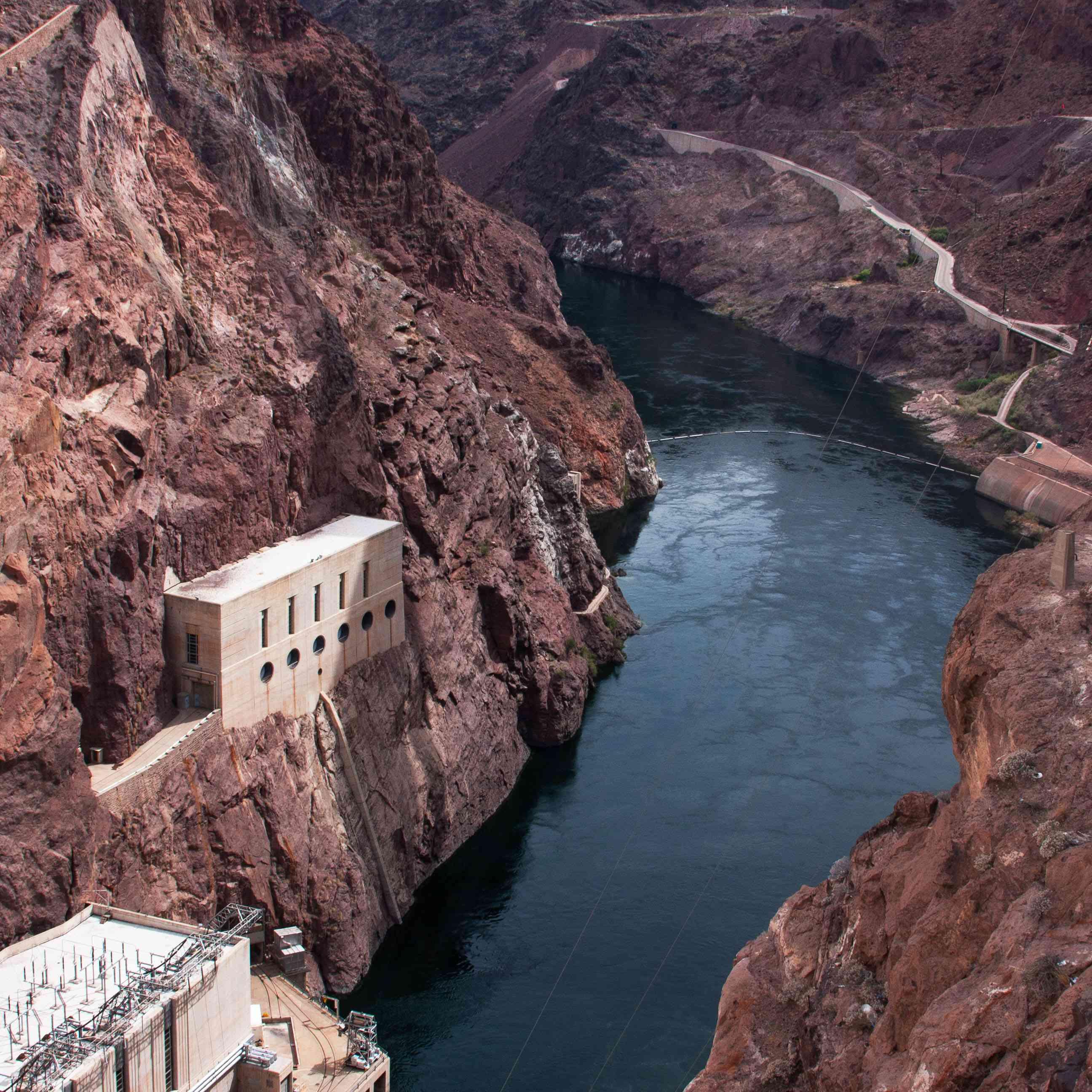 Agua que atraviesa la Presa Hoover
