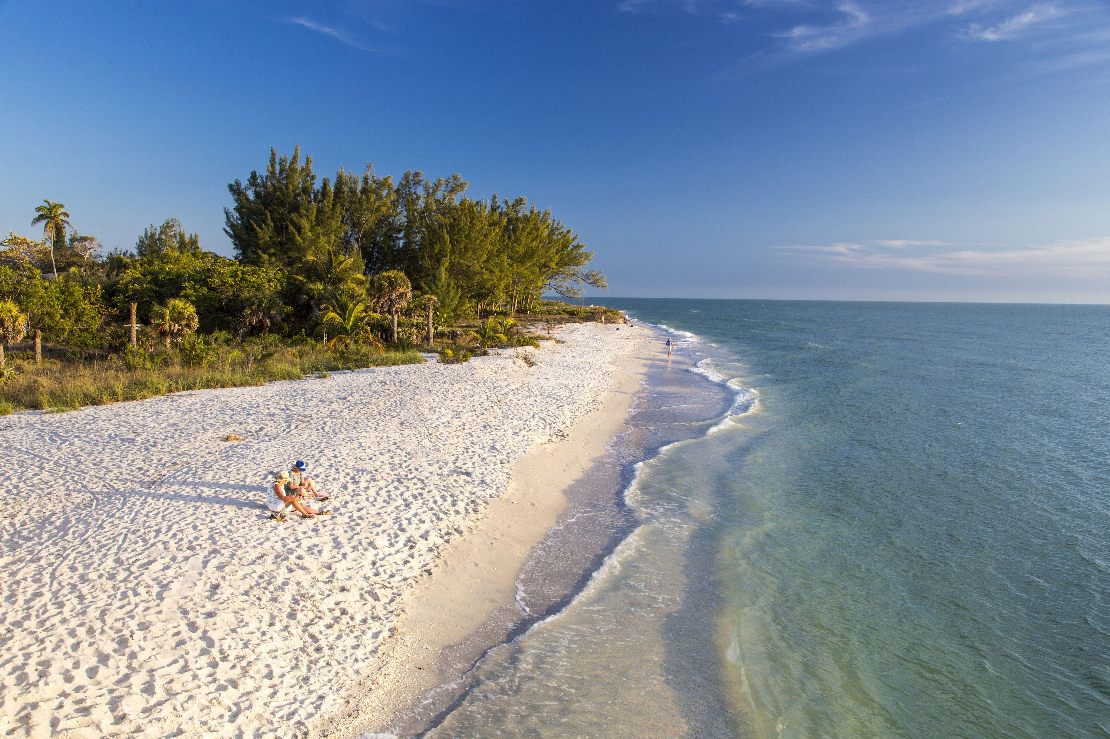 Weißer Sandstrand bei Sonnenuntergang auf Sanibel Island, Florida, USA