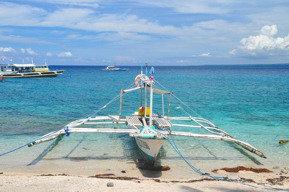 Un barco a la isla Apo en Filipinas