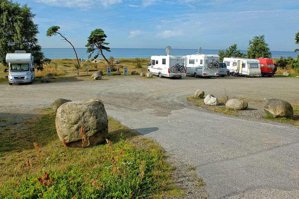 Condado de Skane, Suecia 10 de agosto de 2015 Furgonetas y remolques para acampar se sientan en el campamento a lo largo de la costa del mar Báltico cerca de Ystad, en el sur de Suecia