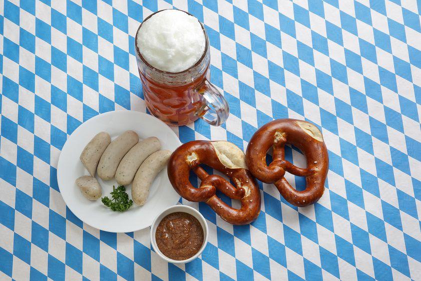 weisswurst, söt senap, bretzel och Weissbier