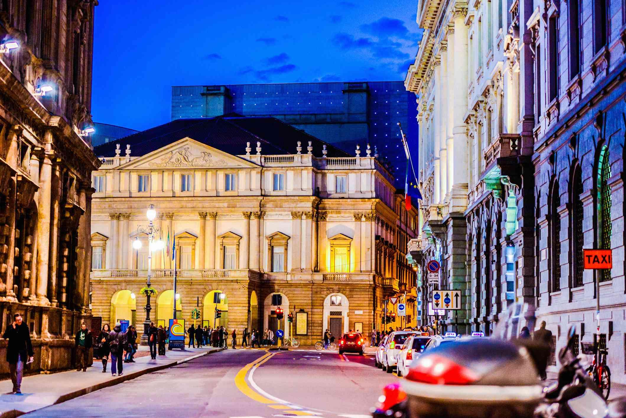 Teatro La Scala de noche, Milán, Italia