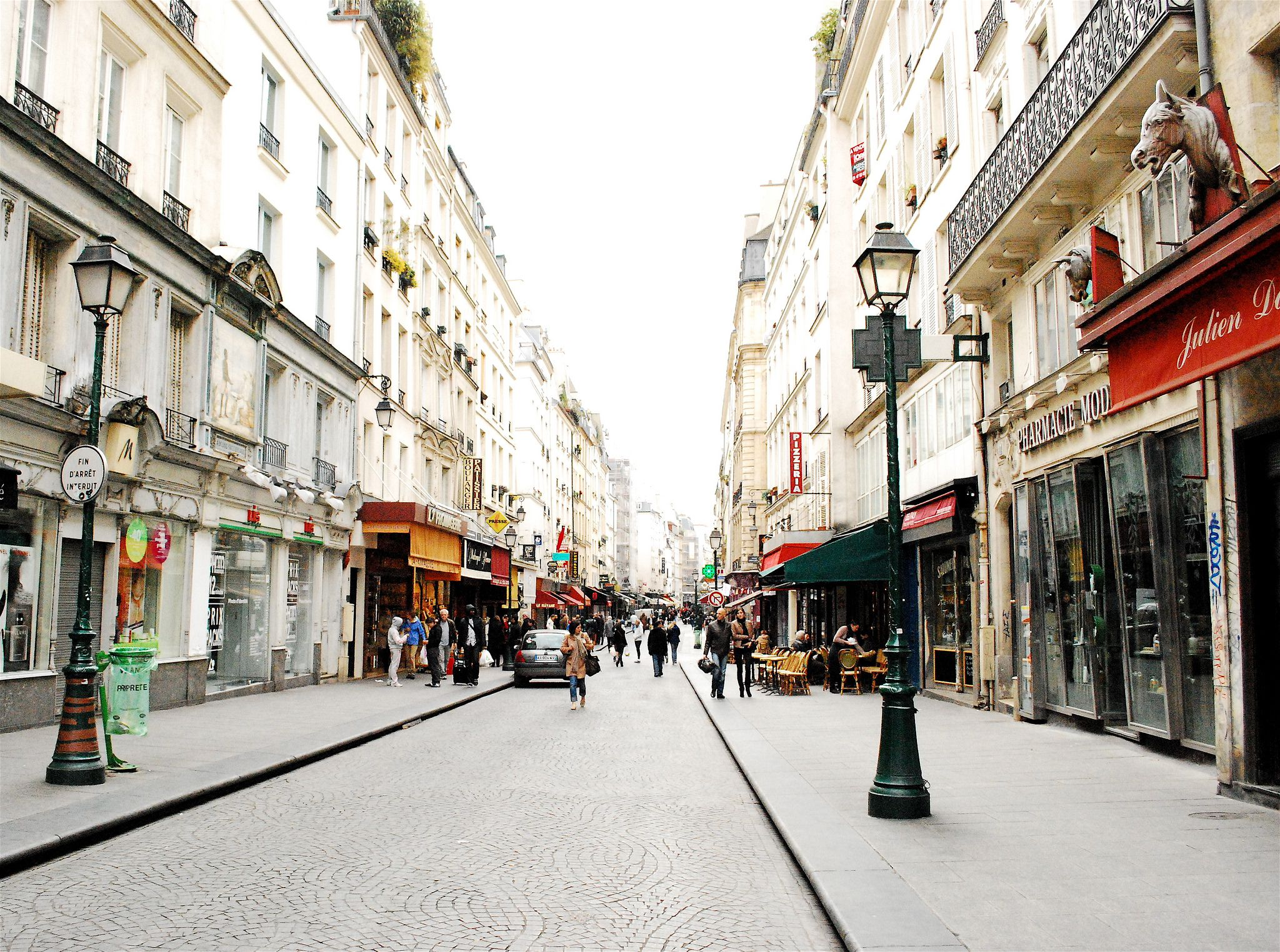 Rue Montorgueil se encuentra en el centro de París: pero esta calle peatonal se siente como parte de un pequeño pueblo