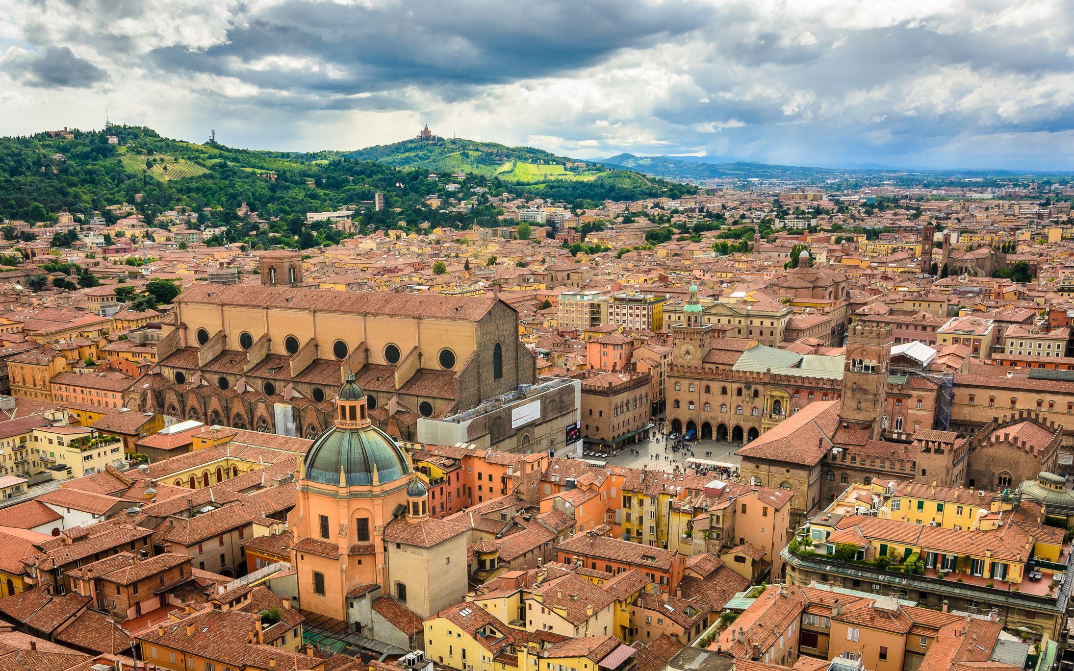una vista aérea de los tejados de color naranja y rojo en la ciudad de Bolonia