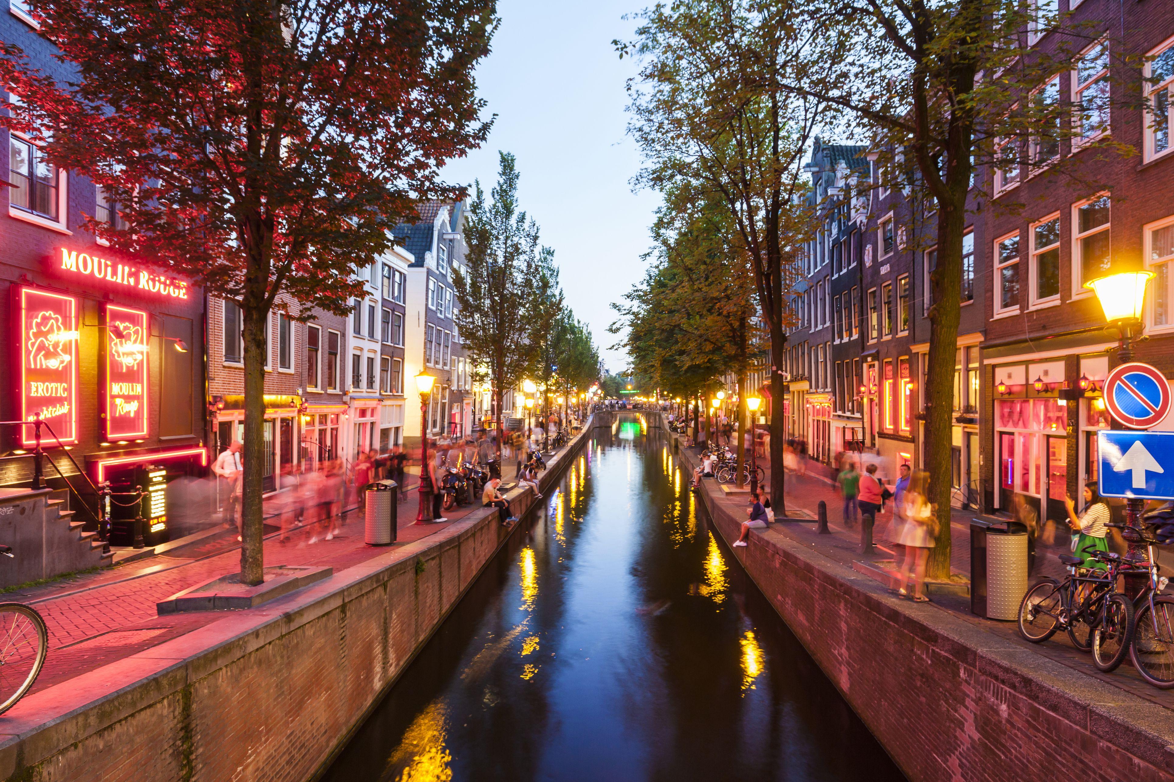 Países Bajos, Amsterdam, De Wallen, Oudezijds Achterburgwal en el crepúsculo