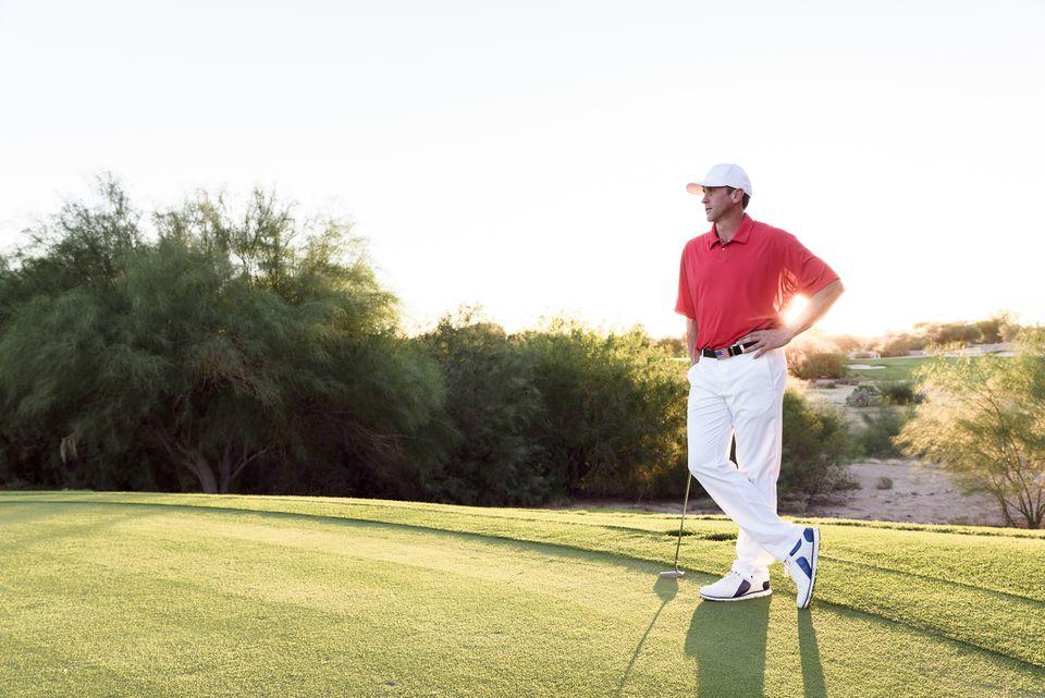 golfista pensativo hombre en camisa roja en el verde