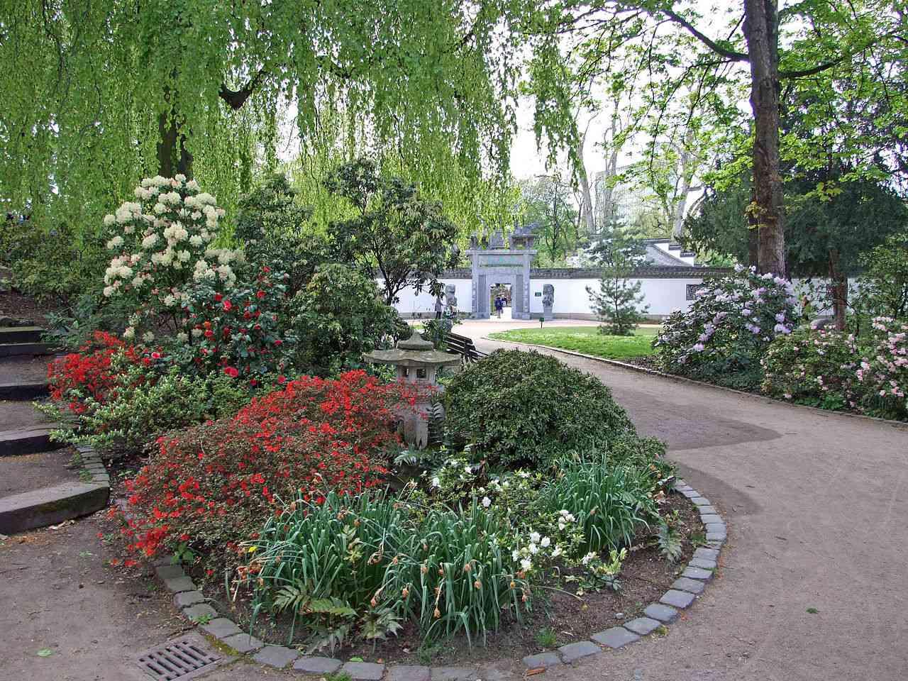 Southside of the Bethmannpark with entrance to Garten des Himmlischen Friedens in Frankfurt