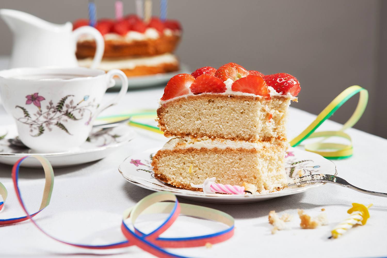 Rebanada de pastel de cumpleaños con té