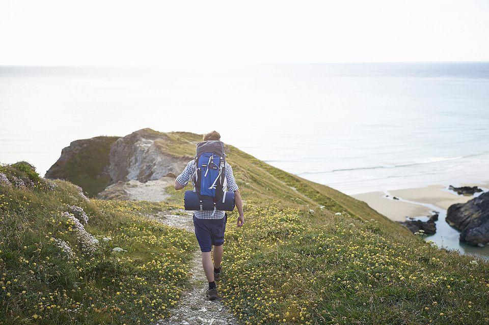 Caminante caminando por el camino costero