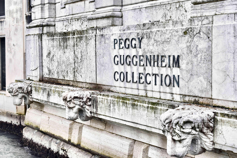 La señalización exterior de la Colección Peggy Guggenheim