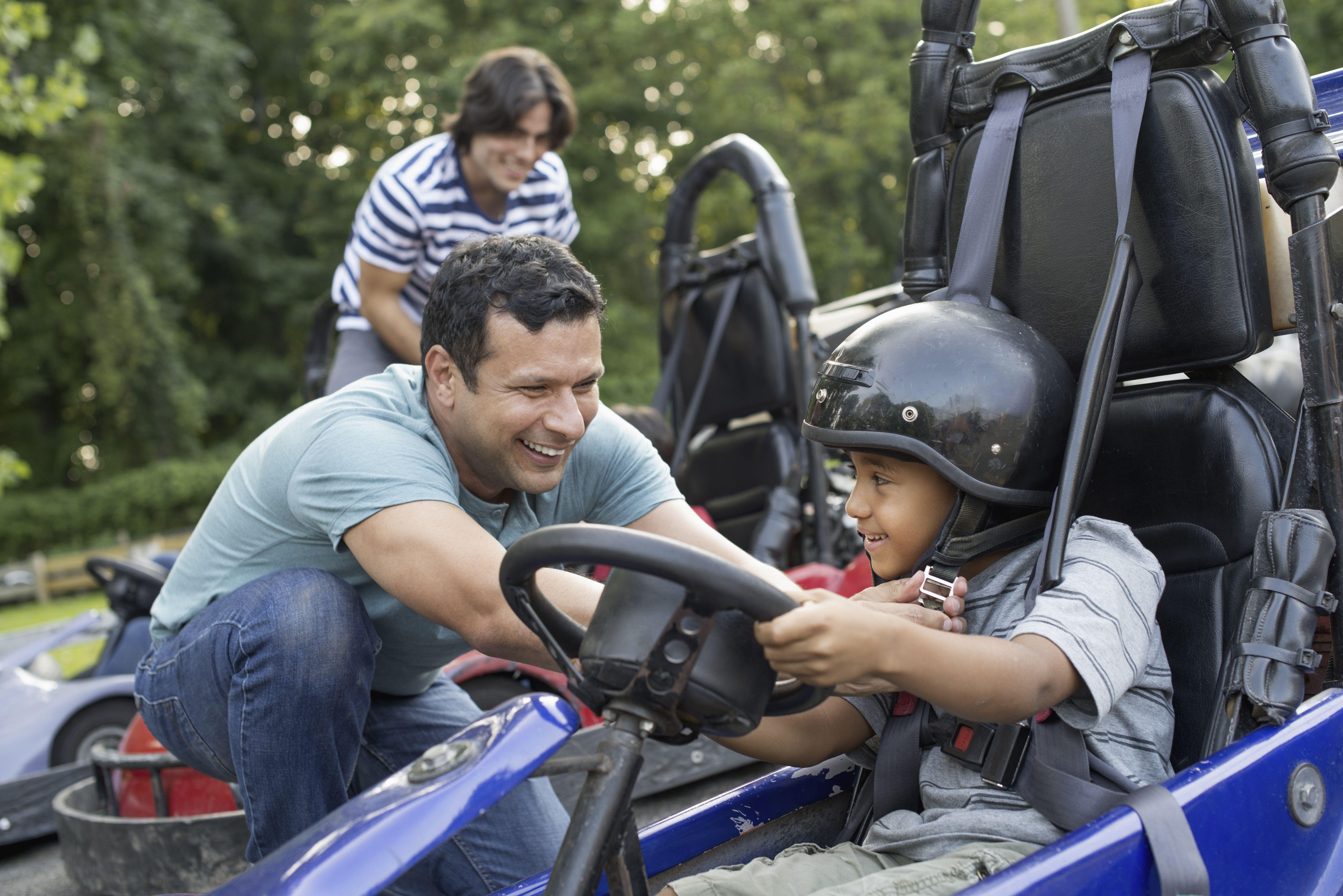 Niños y hombres en una pista de karting