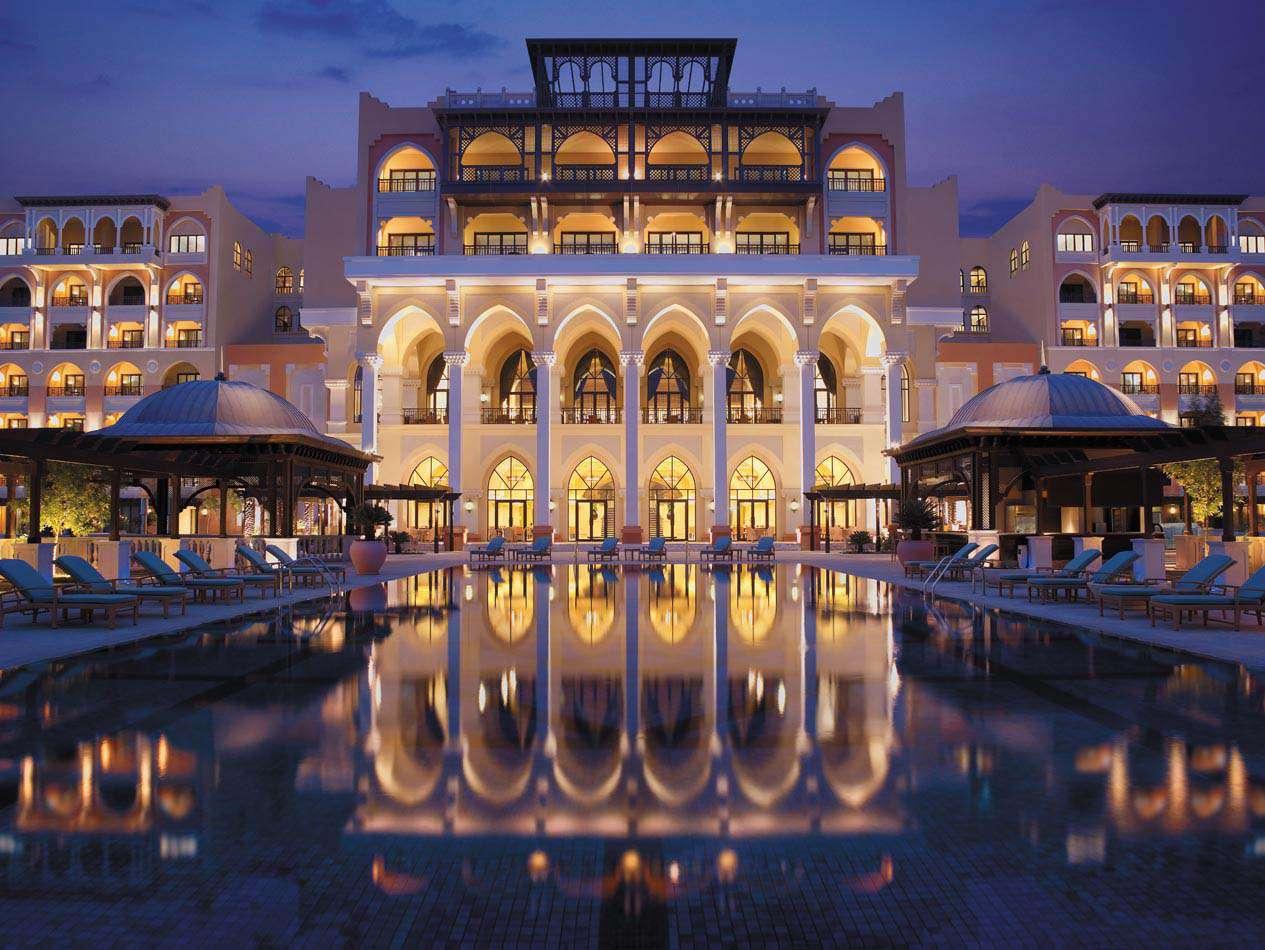 Piscina reflectante en el hotel Shangri-La